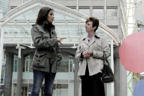 De har studert æresdrap: Deeyah Khan (til venstre) og politietterforsker Caroline Coode har fortalt om sine erfaringer i det britiske Overhuset. – Jeg besøker Banaz' grav fra tid til annen, forteller politietterforskeren.