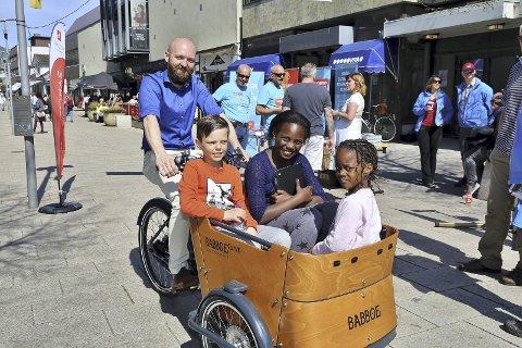 MED VIND I HÅRET: Michaela Kanyana (6), Marte Karire (9) og Albert Nordli (9)  i lastekassa på sykkelen til Pål Egil Nordli.  Foto: Harry Johansson