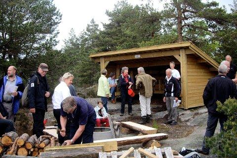 Hyggelig samling i regi av  lokalsamfunnsutvalget da turstien fra Slevik skole til Onsøyknipen ble åpnet i 2010. Leder Mathias Johansen i Slevik lokalsamfunnsutvalg skrev i sitt innlegg at det er  bemerkelsesverdig at kommuneledelsen ikke inkluderer utvalgene ytterligere i utviklingsprosessene.