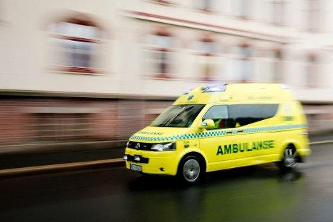 Illustrasjonsbilde av ambulanse/sykebil under utrykning.