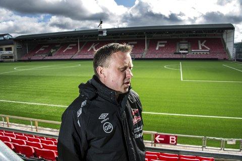 KRITISK: Geir Bakken, her fra tiden som daglig leder i FFK, er redd kommunens idrettsavdeling får for mange oppgaver med kunstgress-problematikken. Bakken er nå fotballeder i Kråkerøy.