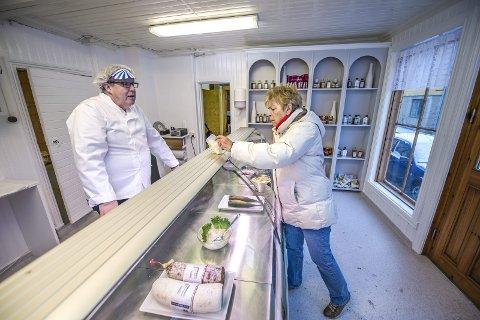 STORTRIVDES: Sigurd Kristian Berg, her sammen med en kunde, har stortrives bak disken i delikatessebutikken  og synes det er tungt å gi opp. Arkivfoto: Geir A. Carlsson