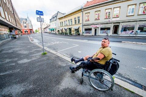 Rullestolbruker Tommy Berntsen er oppgitt etter å ha blitt nektet drosjetur av flere sjåfører i helgen.