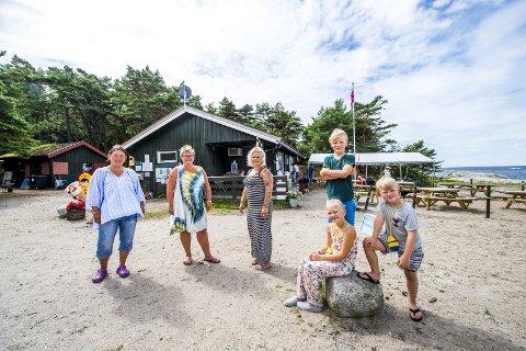 Storesand på Kirkeøy: Fra venstre Erika Kurahachi, Tone Olsen, Cathrine Smaavik, Mathias Smaavik, Sara Helene Olsen og Markus Smaavik. foto:erik hagen