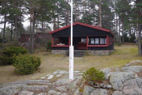 – Jeg går ut fra FNF ser det fornuftige i å ivareta allerede etablerte hytter slik at de blir tilpasset dagens bostandard til glede for svært mange brukere blant familie og venner, skriver Tor Prøitz. Bildet viser han egen hytte i Saltnes.
