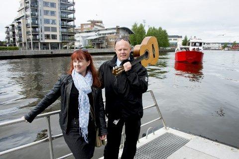 Gledelig: Ifølge parkeringssjef Frode Samuelsen, her med Maya Nielsen i Visit Fredrikstad og Hvaler, betalte bobil og båtturistene 146.000 i havneavgift ved Værste.  Foto: erik hagen