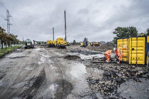 Sikrer grunnen: Grunnarbeidene til lakseoppdrettsanlegget på Øra er i full gang. Byggingen skal starte senere i høst, og den første laksen skal etter planen være ferdig i 2018. Foto: Geir A. Carlsson
