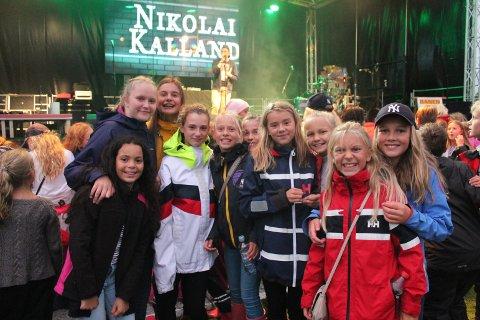 Disse jentene synes det var ekstra stas å være på festival for første gang, mens Nikolai Kalland stod på scenen.