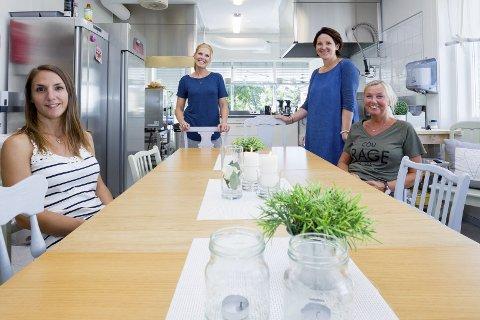 Hjertet i huset: Kjøkkenet er det viktigste rommet på Barnas Stasjon. Her foregår det mange gode «hverdagssamtaler». Fra venstre Elisa Johansson (familieterapeut), Ann-Kristin Ryen (førskolepedagog), virksomhetsleder Hege Stormorken og Lill Thorvaldsen (miljøarbeider).
