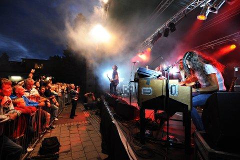 Ken Hensley har gjestet Gressvik gang på gang, og var også den som dro kronikkforfatter Finn Bjelke til konsert på torvet utenfor Coop og med «smått legendariske Odins kro som vannpost». Bilde fra konserten i 2008.
