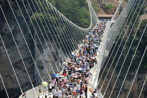 Verdens lengste glassbro tåler opptil 800 mennesker samtidig. Foto: Reuters / NTB scanpix