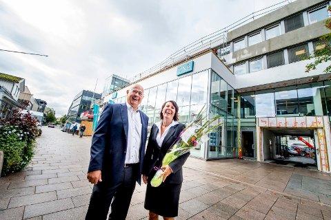 DNB har opprettet finansieringsplattformen startskudd.no, og banksjef for Bedriftsmarkedet i Østfold, Veronica Olsen, håper gründere i Fredrikstad vil benytte seg av tilbudet. Her er hun sammen med banksjef Kjell Bjønnes i forbindelse med innflyttingen i nye lokaler i gågata.