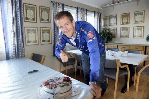 BLE FEIRET: Glenn Andersen ble feiret med kake etter å ha reddet FFK ifjor. Foto: Alexander Nupen