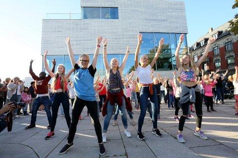 Kulturskolen i Fredrikstad sørget for underholding på Blomstertorvet.