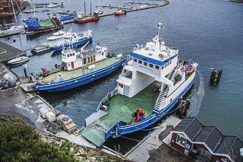 Fergene: Petter Parmer har to bilferger og rutebåten «Olava», til venstre. Nå ligger det an til å bli kamp om konsesjonen for fergesambandet.