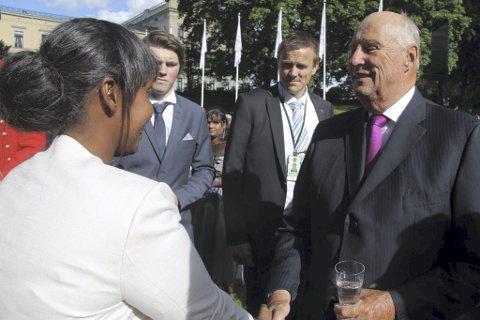 Staselig treff: Umalkayr Smail Igeh fra Hvaler var en av de heldige som fikk møte kong Harald under hagefesten i Slottsparken torsdag.begge foto: privat