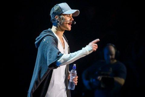 I fjor: Etter bare én låt rev superstjernen Justin Bieber av seg mikrofonen og gikk av scenen på Chateau Neuf i Oslo. Mange hundre gråtende jenter sto igjen himmelfallen og forbannet.  Foto: Heiko Junge / NTB scanpix