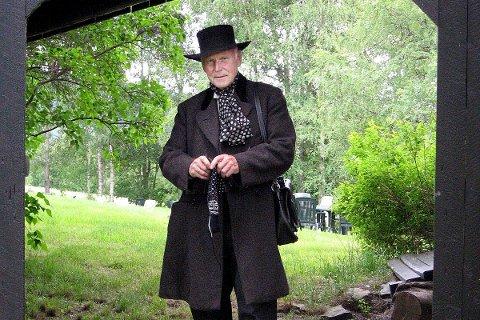 Hans Nielsen Hauge var praktiker og gründer. Han strikket mens han gikk. Bildet viser  Sigbjørn Ravnåsen som Hauge i teaterstykket han selv har skrevet.