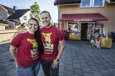 GRESSVIK: Maria og Cato Rummelhoff Olsen har  drevet lekebutikken Gressvik Leker AS siden 2014, men nå er selskapet konkurs. Dette bildet er tatt da FB skrev at de skulle åpne butikk på Østsiden senter.