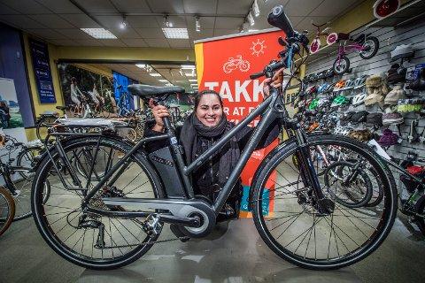GLAD: Rita Goviann Jakobsen (20) fra Lisleby kommer nok til å bli å se på sykkel enda oftere etter at hun stakk av med hovedgevinsten i Bypakke Nedre Glommas julekalender.