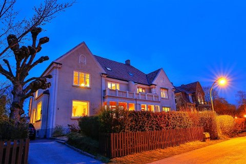 TIL SALGS: Denne 100 år gamle villaen ligger ute til salgs med en prisantydning på 8,5 millioner kroner.