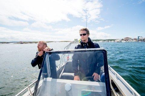 Nærhet og oversikt. Ivar Prestbakken (til venstre) og Kristian Fjeldstad ved Hvaler lensmannskontore idet de brukte politibåten til å holde oppsikt i sitt nærområde sist sommer.