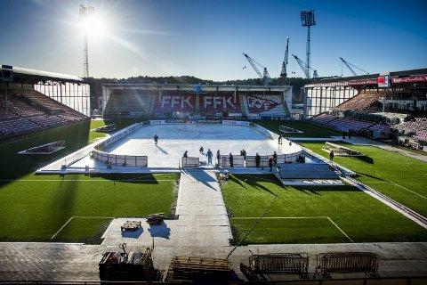 Historisk hockeylørdag: Fredrikstad Stadion klargjøres til Winter Classic-festen som starter med åpningssermoni fredag kveld. foto: Erik Hagen