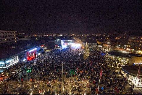 MANGE SARPINGER: Flere tusen sarpinger deltok på nyttårsfeiringen på torget.