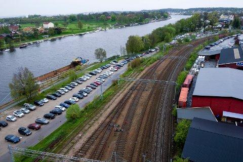 Jernbanebrygga: Boligprosjektet som allerede er planlagt her vil bli avgrenset av Fredrikstadbrua, jernbanesporet, elven og Bellevue.