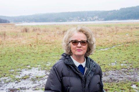 BRENNER BÅL: Lise Thorsø Mohr og andre bønder brenner bål i protest på Rolvsøy på tirsdag.