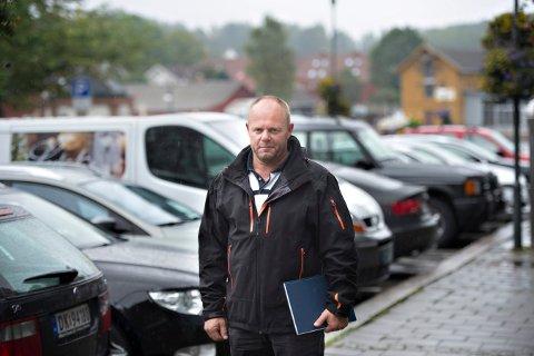 Frode Samuelsen, virksomhetsleder for parkering og transport, får en skrape for å gi bøter uten først å ha gjort oppmerksom på at det må betales parkeringsavgift for et nytt år.