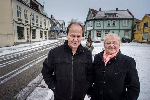 SPENTE: Tor Erik Jakobsen og Torun Vallestrand er i utgangspunktet litt uenige, Tor Erik har stor forkjærlighet for Selbak-navnet. Han spør seg om en eventuell endring av stedsnavn til Sellebakk vil få betydning for for eksempel Selbak torv.