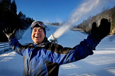 FYRER OPP: Leif Skaar på Kjerringåsen Alpintsenter venter storinnrykk når det lørdag meldes om knallvær. Han håper kulda som kommer varer noen dager, slik at snøkanonene kan gjøre jobben sin i hovedbakken.