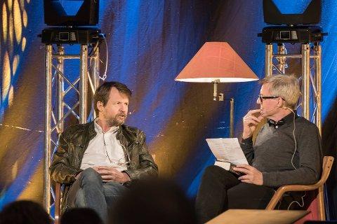 RÅDE PARKFESTIVAL: Den syvende utgaven av den lokale festivalen ble innledet av et bokbad med Tom Egeland - ledet av Jan Ove Ekeberg.