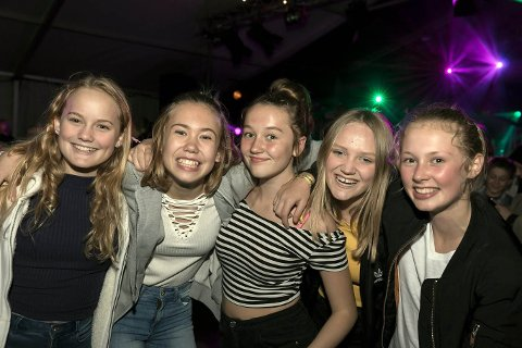 RÅDE PARKFESTIVAL: Fredag kveld var det duket for barne- og ungdomsdag under festivalen, og de flere hundre oppmøtte var tydelig fornøyde med kveldens artist-lineup.