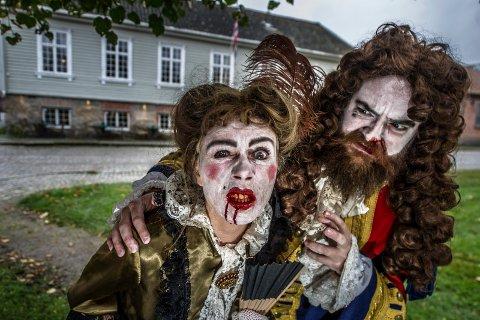 Skummelt: Det blir smått bloddryppende på gjestgiveriet når Talina Hansen Skogseth og Carl-Arne Meyer Melin byr på grøss og ånder. Med humor.