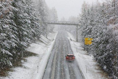 MER AV DETTE: Snø- og slapseføre på riksvei 3 i Østerdalen onsdag. Nå varsler meteorologene mer nedbør - og vind.
