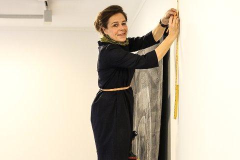 Margit Seland stiller ut verkene sine i Fredrikstad for første gang. Hun flyttet fra byen på 80-tallet, og har bodd mange år i Amsterdam. Nå skal utstillingen TID henge på ØKS frem til 17. desember.