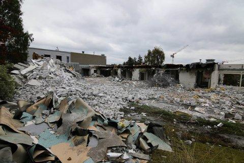 Øker antall plasser: Den nye Onsøyheimen, som skal bygges på tomten på Ørebekk hvor det gamle rives i disse dager, skal få 120 plasser, mot opprinnelig planlagt 96. (Foto: Svein Kristiansen)