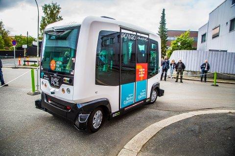 TESTET UT: Slik så det ut da Sarpsborg-folk fikk teste ut  selvkjørende buss under Forbausende byfest i nabobyen i september. Selskapet bak bussen mener det neppe er noe i veien for at bussen kan testes ut i Nedre Glomma som et pilotprosjekt allerede neste år.