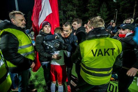 TRØSTESLØS: En gråtende Ludvig Begby får trøst av FFK-supportere