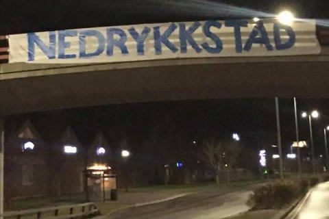 LUKTER SARPSBORG: Dette banneret lukter det Sarpsborg av helt fra Wilbergjordet til Fredrikstad sentrum.