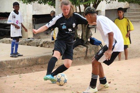 FIKK SPILLE:: Kaja Aasly Haartveit fikk spille med elevene på Karanba, da hun i oktober fikk besøke prosjektet i Brasil. Foto: Privat