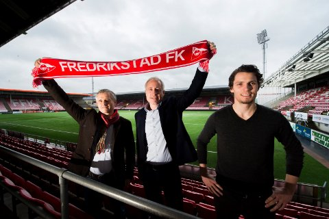 Bedre avtale: Jon Boye Bergersen og Espen Eldal fra Europris fortsetter som sponsor, etter FFKs nedrykk til 2.divisjon. Her sammen med daglig leder Joacim Heier. (Foto: Erik Hagen)