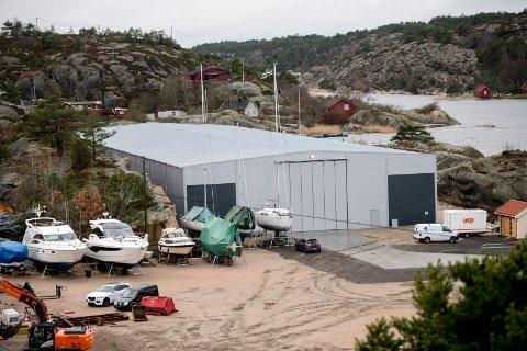 Båthotell-delen av anlegget er for lengst ferdigbygd.  Nå gjelder saken rammetillatelse for et ekstra verkstedbygg, noe altså en nabo klager på. Det betyr at planlagt byggestart i høst er utsatt.