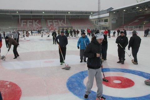 Populært: Mange ville prøve curling under Winter Classic på Fredrikstad stadion i januar. Nå vil Frp og Høyre legge inn penger i handlingsplanen til eget curlinganlegg. (Arkivfoto: Harry Johansson)