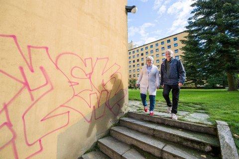Forfall på sykehuset: Inger  Christine Apenes og Henning Aall har vært på befaring på sykehusområdet hvor det har begynt å forfalle.
