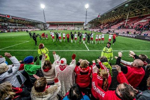 PUBLIKUMSTRYKK: FFK-publikummet fikk lite å glede seg over denne sesongen, men hjemmekampen mot Sandnes Ulf ble et høydepunkt. Foto: Geir A. Carlsson
