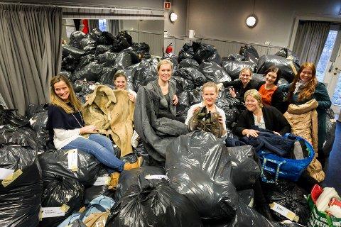 Lass på lass med tøy: Med hjelp fra flere har Marita Granholt (nummer tre fra venstre) og Cecilie Schibsted Eriksen (nest ytterst til høyre) tatt imot og delt ut tusenvis av vinterjakker og anet varmt tøy. Dette bildet er fra fjorårets innsamling.