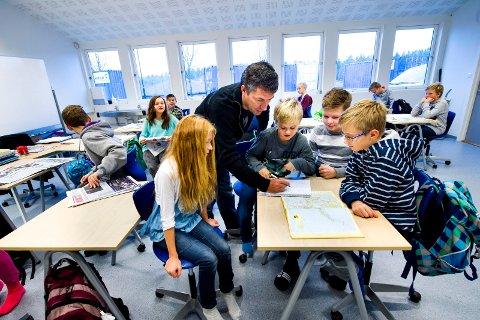 Utdannelse og dannelse : Ambjørnrød skole 2013, Othilie Munch, Christian Lundberg, Olav Blixøen-Olsen og Jonas Wamberg Madsen får hjelp av lærer Fredrik Ranum.